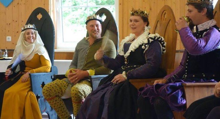 Fursteparet av Nordmark och det nya kungaparet av Drachenwald vid deras kröning i juli 2016